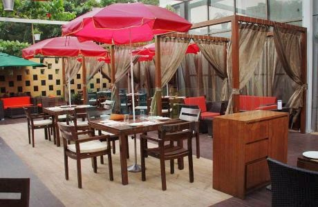 Levo: Outdoor dining area
