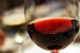 Levo: Glass of red wine
